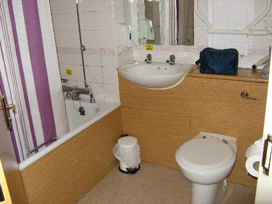 Premier Inn Falkirk East Hotel: Bath and shower