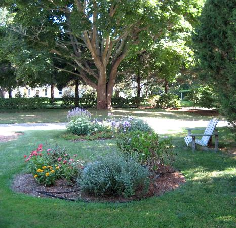 The Parsonage Inn: Beautiful Landscaping