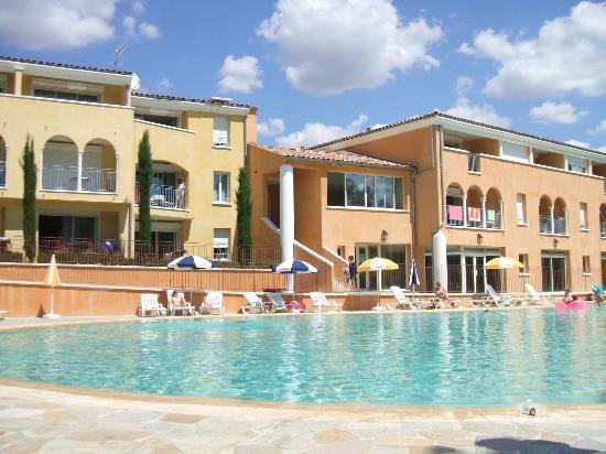 Jardin et piscine bild von residence odalys la licorne for Club piscine laval cure labelle