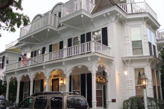 Victorian Inn: Front