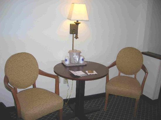 Fairfield Inn Tuscaloosa: Table & Chairs