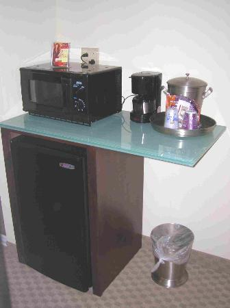 Holiday Inn Express Hotel & Suites Chattanooga-Hixson: Frig/Micro & Coffee setup