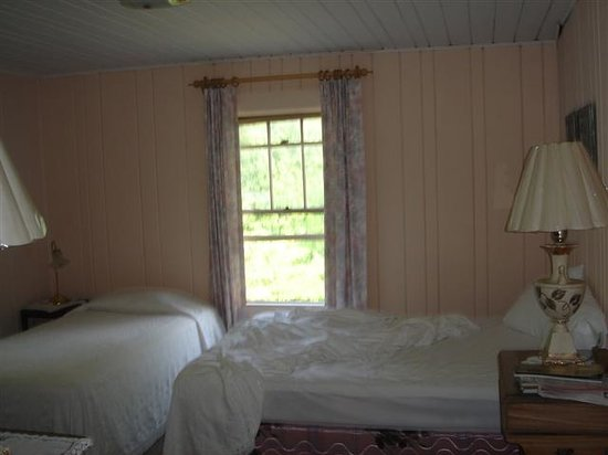 The Pines Country Inn: Room