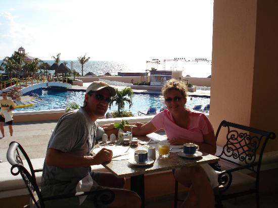 Moon Palace Cancun Dining By The Pool