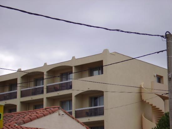 Hotel du Port: la chambre ( vue de la rue )