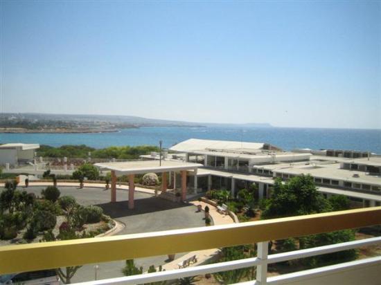 Asterias Beach Hotel: vue de notre chambre, ce n'est pas une vue mer mais on la voit quand même !!