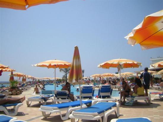 Asterias Beach Hotel: la pisicine de jour