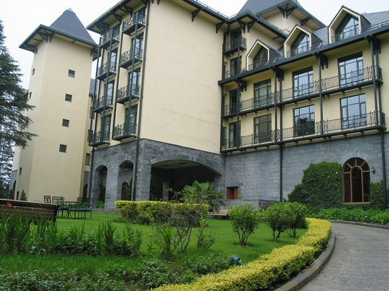Wildflower Hall, Shimla in the Himalayas: Front Entrace and driveway