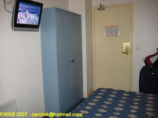 Comfort Hotel Place du Tertre: Habitación con TV de plasma