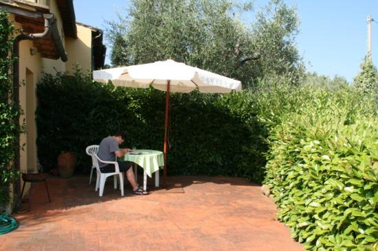 Fattoria Bacio: Our secluded back patio