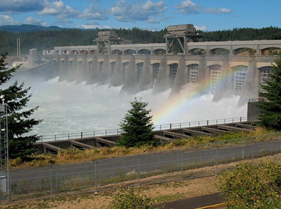Cascade Locks, OR : Bonneville Dam spillway