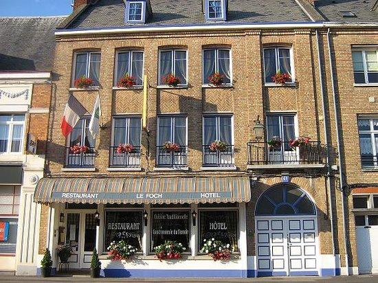 Hotel Restaurant Le Foch: Hotel le Foch, facing main squaure