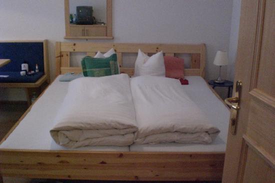 Familyhotel Seiblishof: das Bett mit selbstgebastelten Nachttischen