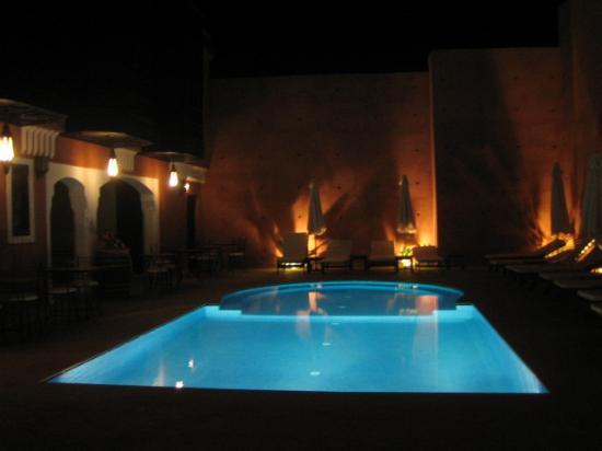 Les Borjs de la Kasbah: The hotel pool at night