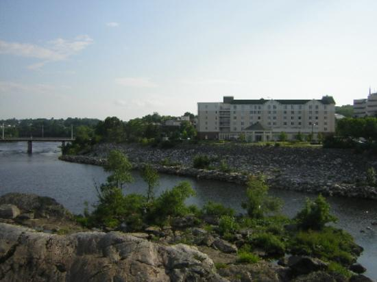 Hilton Garden Inn Auburn Riverwatch: A view of the hotel from the nearby small park.