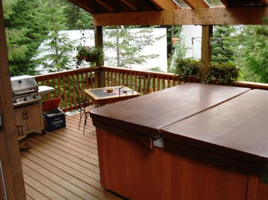 Whistler Mountain House: Hot Tub on the Back Deck