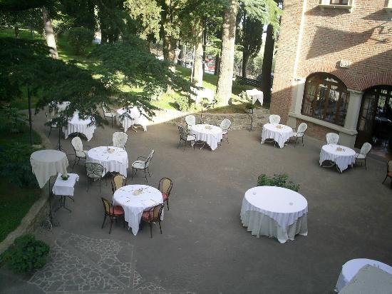 Hotel Villa Pambuffetti : Tables set for breakfast at the front of the hotel