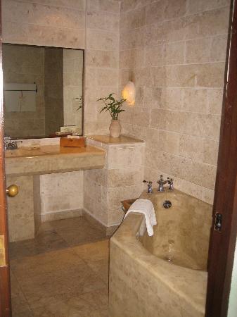 Plantation Bay Resort And Spa: Lagoon view bath