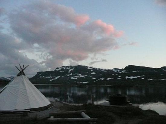 Haukeliseter Fjellstue: Overlooking lake at night