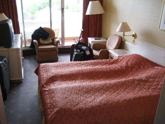 Hotel Alexandra: Bedroom looking towards window, you had to move armchair to get on to balcony.
