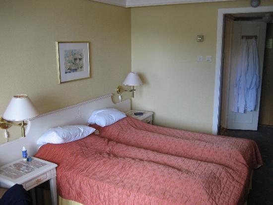 Hotel Alexandra: Bedroom, note bathrobes hanging on bathroom door (nice touch of luxury for 4* hotel)