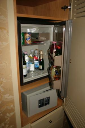 Hotel Concordia: Refrigerator and safe