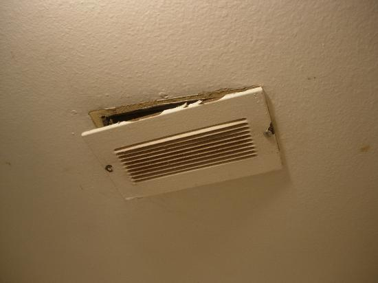 Indian Hills Inn: Bathroom vent coming out of ceiling