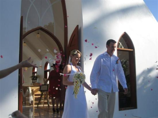 Shangri-La's Fijian Resort & Spa: Bride and groom flower shower