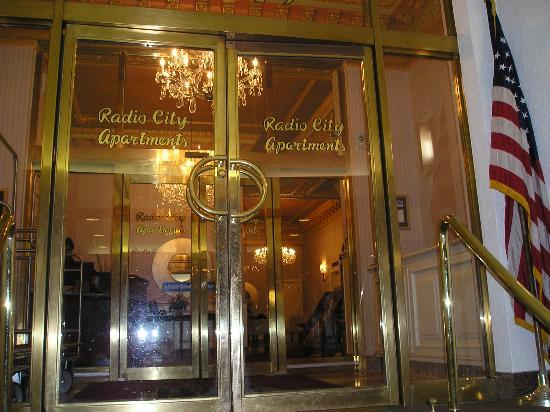 Radio City Apartments: doorway