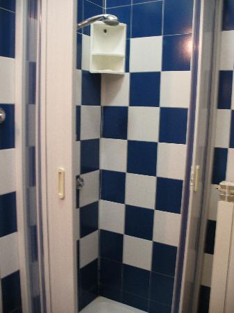 Hotel Tourist House: shower