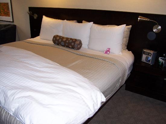 Shaw Club Hotel: Comfy king bed