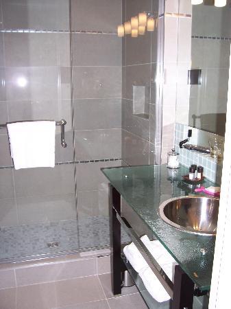 Shaw Club Hotel : Modern bathroom