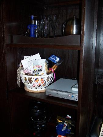 Shaw Club Hotel: Basket of reasonably charged goodies