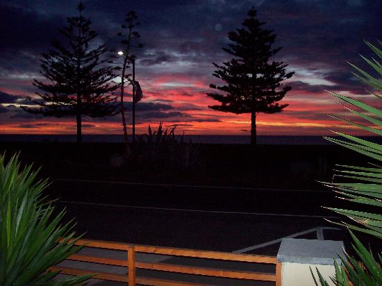 Pebble Beach Motor Inn: Sunrise from patio