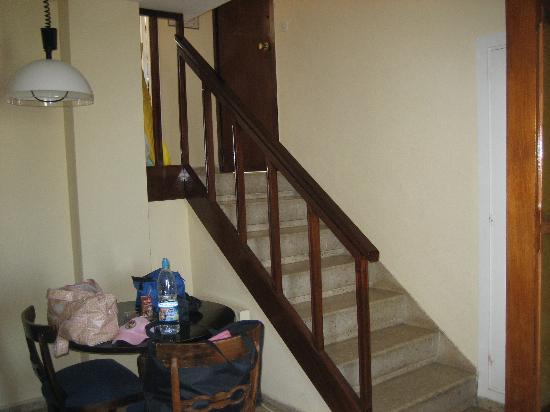 Sol Aloha Playa Aparthotel: Escaleras interiores de la habitacion PELIGROSA cuando se viaja con niños