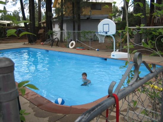 Cedar Lodge Motel & RV Park: Warm summer pool w/lots of pool toys.