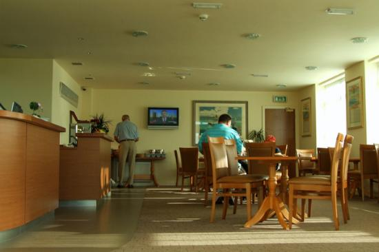 Sefton Express: Lobby at breakfast