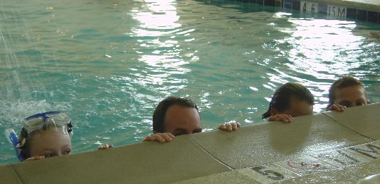 Comfort Suites Burlington: Three kids and a dad at the pool