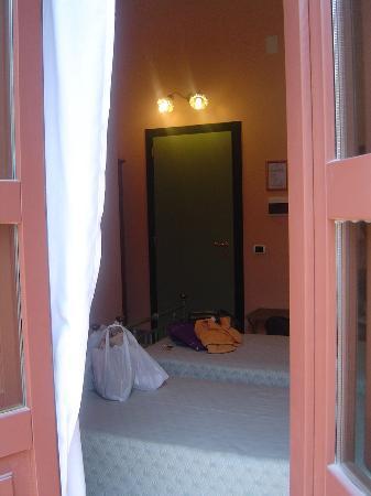 Hotel Posta: La habitación limpia y acogedora. El baño más corriente