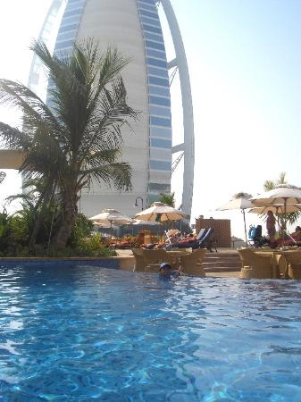 The burj seen from the executive pool picture of - Jumeirah beach hotel swimming pool ...