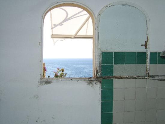 Hotel Miramare: Annexe mouldy bathroom