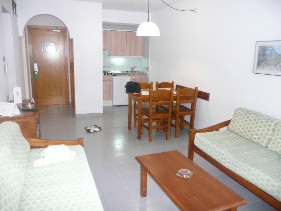 Inturotel Cala Azul Garden: Room looking towards kitchen