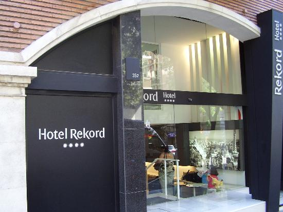 Hotel Rekord: hotel entrance