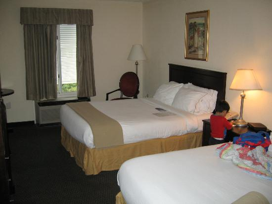 Holiday Inn Express Charleston : clean beds; small sized room