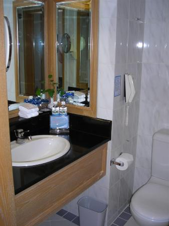 Riviera Hotel: Bathroom