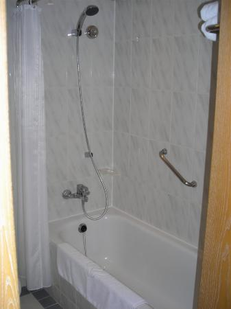 The Riviera Hotel: Shower & bath