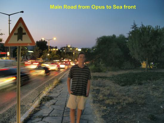 Opus Apart Hotel: Busy Dual Carriageway to Cross