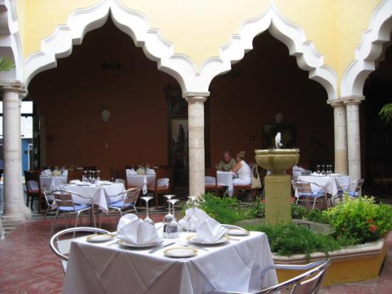Hotel Villa Maria: Restaurant courtyard