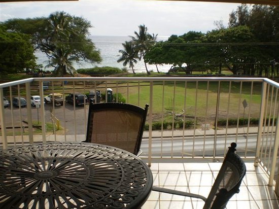 Haleakala Shores Condos: Large deck with seating for 4 overlooks Kamaole III beach from across the street...
