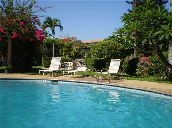 Haleakala Shores Condos: Great pool area with lots of flowers, palms, bbq area's, loungers...